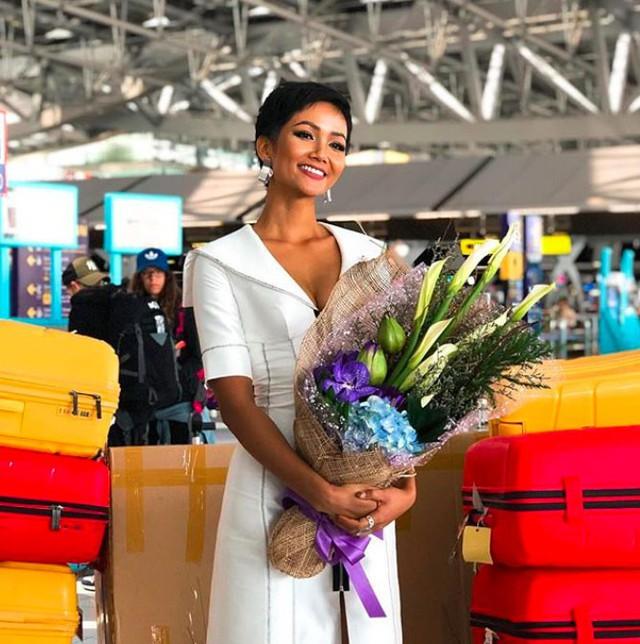 Trang phục giản dị của HHen Niê tại sân bay Thái Lan được người đẹp chia sẻ.