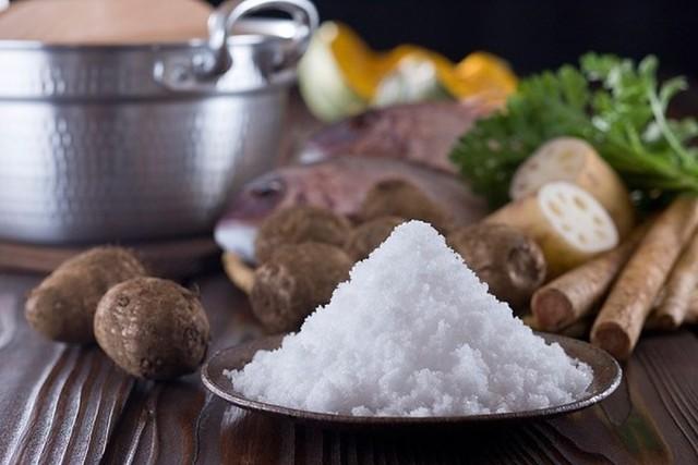 Để kiểm soát huyết áp và tốt cho thận, người cao huyết áp nên hạn chế lượng tiêu thụ muối mỗi ngày
