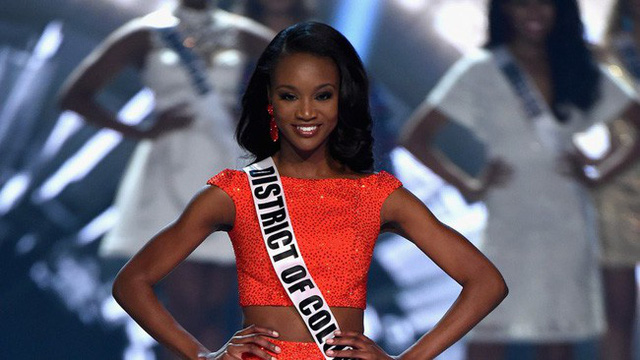 Miss USA Deshauna Barber dành trọn 3 tiếng để cổ vũ HHen Niê như cổ vũ bóng đá.