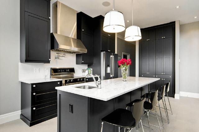 Căn bếp trông vô cùng thanh lịch, tinh tế nhờ sự kết hợp giữa 2 gam màu cơ bản đen – trắng.