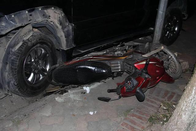 Một chiếc xe bị cuốn vào gầm.