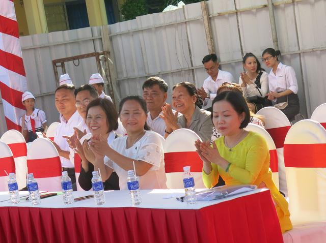 Đại diện nhà tài trợ NutiFood và UBND thành phố Thủ Dầu Một trong lễ khởi công trường tiểu học Lê Thị Hồng Gấm