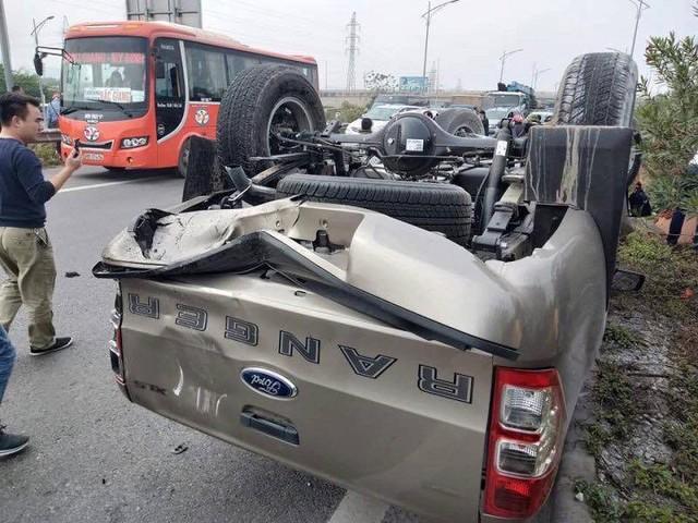 Cú va chạm mạnh chiếc xe bán tải Ford Ranger bị lật ngửa trên cao tốc.