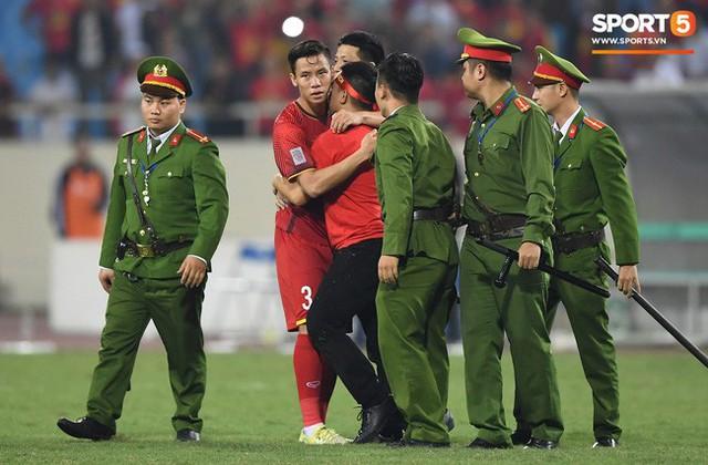 Hình ảnh đội phó tuyển Việt Nam ôm người hâm mộ đang bị an ninh khống chế gây xúc động mạnh.