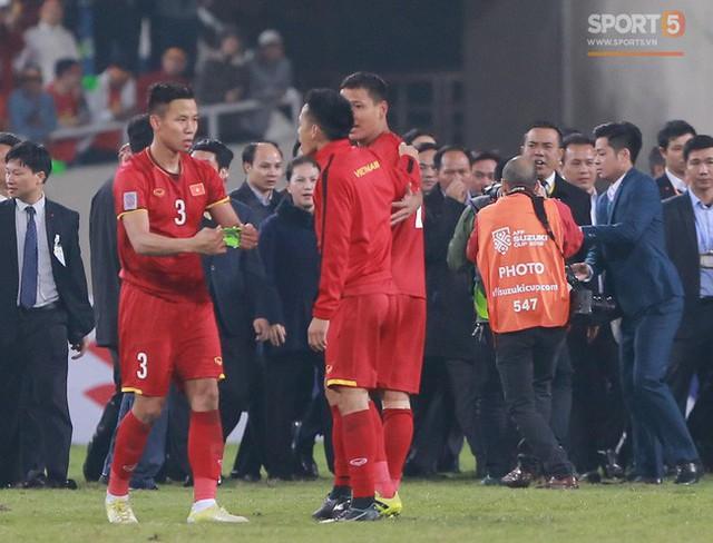 Quế Ngọc Hải đeo băng đội trưởng cho Văn Quyết trước phút giây nâng cúp.
