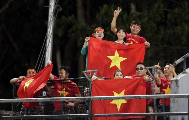 CĐV Việt Nam có mặt tại Bacolod để xem đội nhà tập luyện hôm 1/12. Ảnh: VnExpress