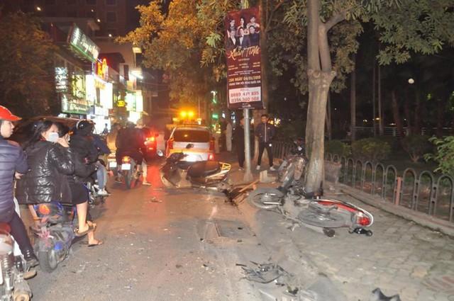 Xe máy bị ô tô Lexus đâm nằm la liệt trên đường, vỉa hè Trích Sài. Ảnh: PV