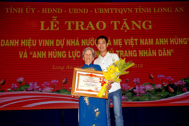 Bà Đặng Thị Điệu nhận danh hiệu truy tặng danh hiệu Bà mẹ Việt Nam anh hùng cho mẹ Lê Thị Hai