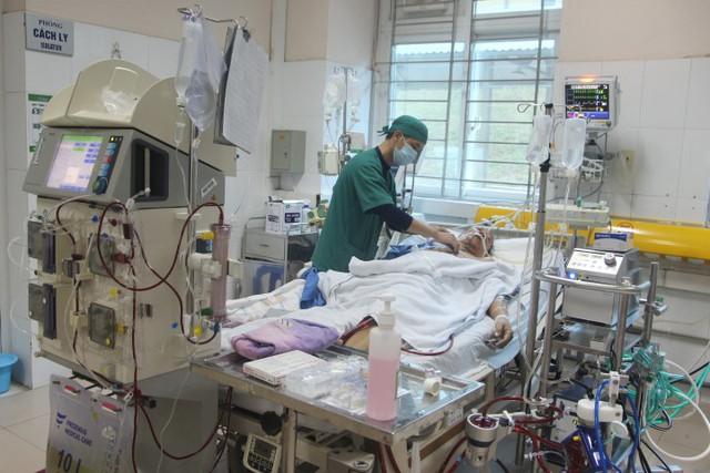 Bệnh nhân B. đang được điều trị tích cực tại Bệnh viện Đa khoa Bãi Cháy. Ảnh: M.Thảo
