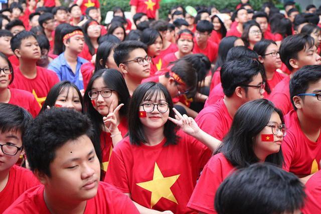 Học sinh Trường THPT Nguyễn Du, TPHCM trong buổi cổ vũ ủng hộ tuyển thủ Việt Nam trước trận lượt đi chung kết AFF Cup.