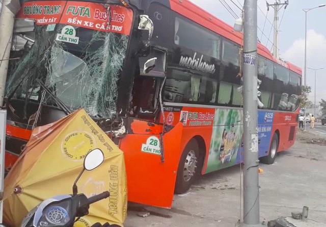 Phần bên ghế tài xe khách bị hư hỏng nặng.