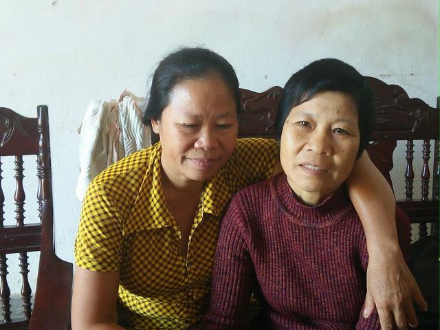 Bà Hoa (bên phải) hạnh phúc trong vòng tay của chị gái. Ảnh: H.D