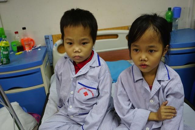Hai chị em Thanh Hương và Minh Nguyễn mắc tan máu bẩm sinh đang được điều trị tại Viện Huyết học - Truyền máu Trung ương. Ảnh: N.Mai