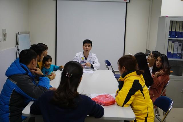 Tư vấn bệnh Thalassemia cho các bạn trẻ tại Viện Huyết học - Truyền máu Trung ương. Ảnh: N.Mai