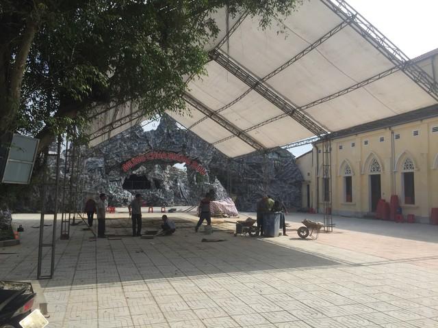 Giáo xứ phường Tân Giang, TP Hà Tĩnh đang tất bật chuẩn bị trang hoàng cho nhà thờ.