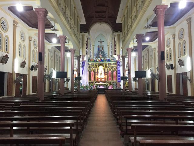 Nhà thờ Giáo xứ Gia Hòa ở huyện Nghi Xuân được trang hoàng đèn đủ gam màu lộng lẫy.