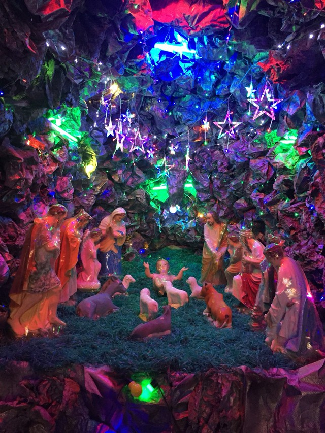 Hang đá - nơi chúa Giê-su ra đời là biểu tượng không thể thiếu của bà con giáo dân trong dịp Giáng sinh.