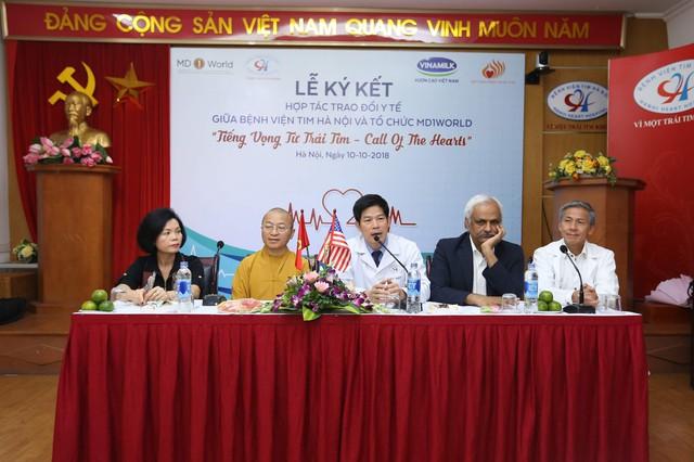 Đại diện bệnh viên tim Hà Nội, tổ chức MD1World và hai nhà tài trợtrao đổi với phóng viên và gia đình bệnh nhi tại buổi Lễ ký kết