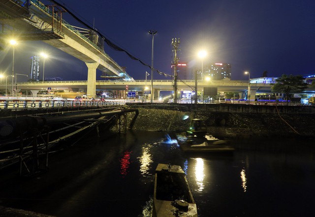 Thời gian gần đây dọc sông Tô Lịch đoạn từ Bưởi đến Cầu Giấy, hàng chục công nhân cùng nhiều phương tiện máy móc tiến hành nạo vét lòng sông vào mỗi đêm.