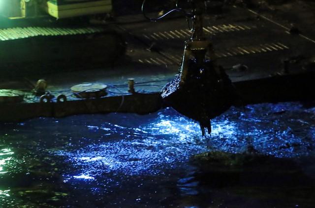 Theo các công nhân cho biết, việc đưa máy móc thực hiện các công đoạn nạo vét lòng sông giúp giải phóng công lao động cũng như sức giảm thiểu ảnh hưởng từ sự ô nhiễm đáng báo động từ sông.