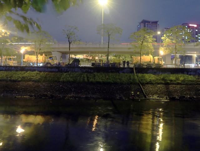 Các công nhân cho biết, dù đơn vị liên tục có kế hoạch nạo vét bùn đất, chất thải định kỳ nhưng do người dân thải ra sông mỗi ngày quá nhiều nên không xuể.
