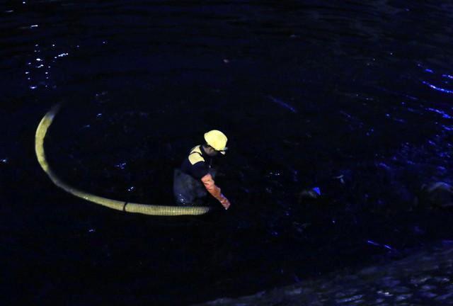 Dù có quần áo bảo hộ, găng tay, khẩu trang nhưng với sự ô nhiễm của sông đến kinh ngạc thì ít nhiều cũng bị ảnh hưởng đến cơ thể khi làm việc lâu dưới sông. Tuy nhiên, có lẽ do công việc cũng quen rồi nên chúng tôi thấy bình thường, một công nhân chia sẻ.