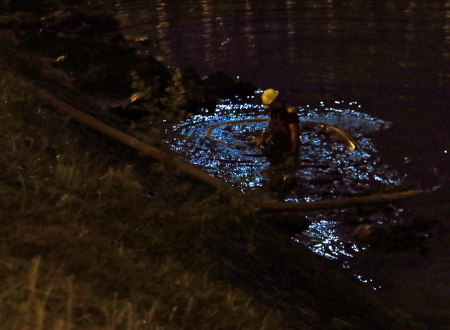 Ở thời điểm hiện tại, dù đưa nhiều máy móc để thực hiện việc nạo vét lòng sông, thế nhưng có nhiều công đoạn công nhân phải thực hiện trực tiếp dưới dòng nước đen ngòm, bốc mùi hôi thối.