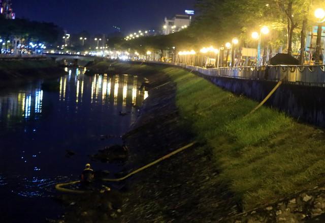 Dọc bờ sông, hàng chục xe hút chất thải cắm trực tiếp vòi rồng xuống lòng sông thực hiện việc nạo vét dưới sự điều khiển của công nhân.