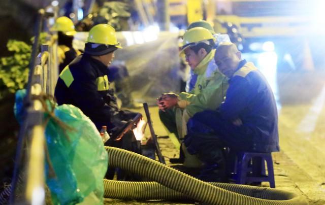Giây phút nghỉ ngơi hiếm hoi của những công nhân nạo vét sông Tô Lịch trong đêm đông giá lạnh trước khi tiếp tục công việc.