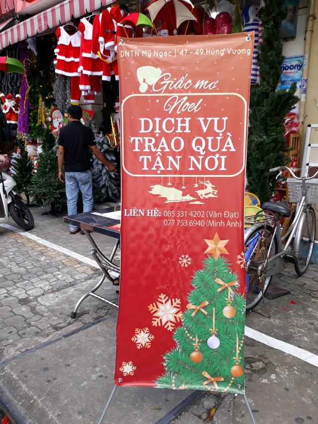 Dịch vụ ông già Noel tặng quà được đặt trước các cửa hàng kinh doanh hàng trang trí Giáng sinh