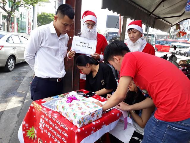 Anh Trần Ngọc Lý đang nhờ dịch vụ ông Noel chuyển quà đến con mình
