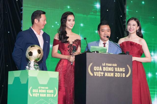 Tiểu Vy cùng ca sĩ Hari Won (phải) lên công bố và trao giải Quả bóng vàng. Khoảnh khắc quan trọng này còn có sự xuất hiện đặc biệt của hai danh thủ bóng đá: Huỳnh Đức (trái) và Hồng Sơn (thứ hai từ phải sang).