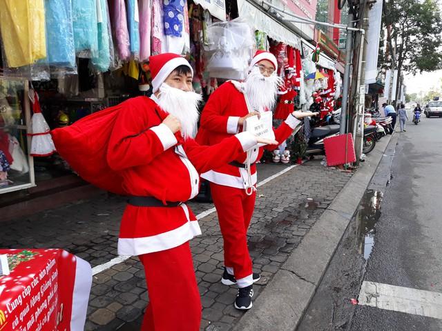 Ông già Noel đã xuống đường sẵn sàng đi tặng quà cho các em nhỏ