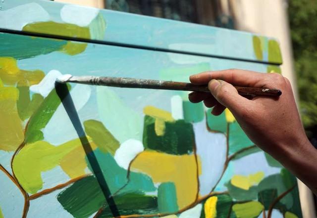 Những nét bút uyển chuyển nhưng đầy tính nghệ thuật được triển khai trên các bốt điện.