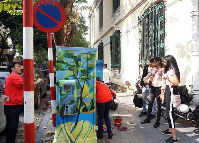 Rất nhiều khách du lịch trong và ngoài nước chiêm ngưỡng những bức bích họa trên bốt điện không khỏi thích thú.
