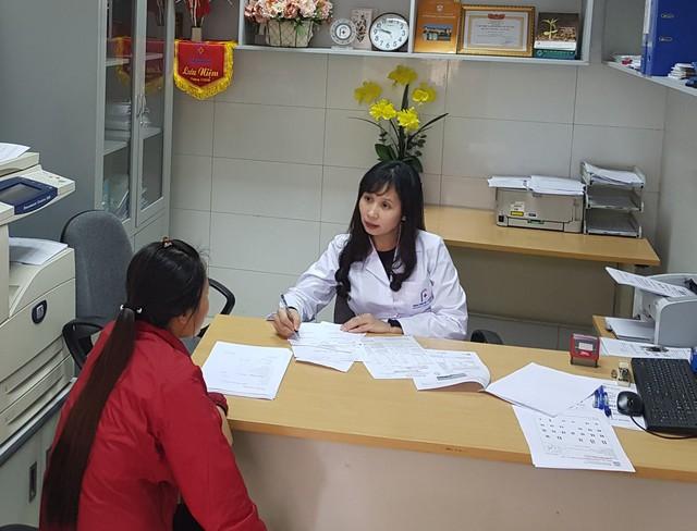 Tư vấn trước sinh cho thai phụ tại Trung tâm Tư vấn di truyền (Bệnh viện ĐH Y Hà Nội). Ảnh: V.Thu