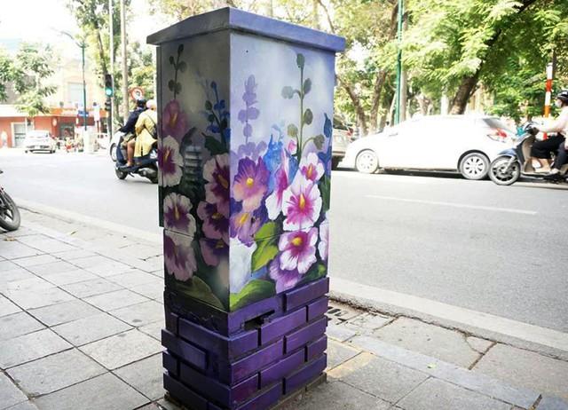 Tôi không nghĩ các nghệ sĩ lại có thể biến những chiếc bốt điện này trở nên nghệ thuật và đẹp đến như thế này, chị Hương một người dân trên phố Hàng Khay nói.