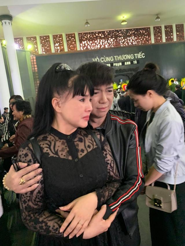 Ca sĩ Long Nhật ôm nghệ sĩ Lan Hương khóc nghẹn. Nam ca sĩ chia sẻ anh đã bay từ Sài Gòn ra Hà Nội sáng sớm để viếng người thầy, người đã truyền lửa sân khấu cho anh.