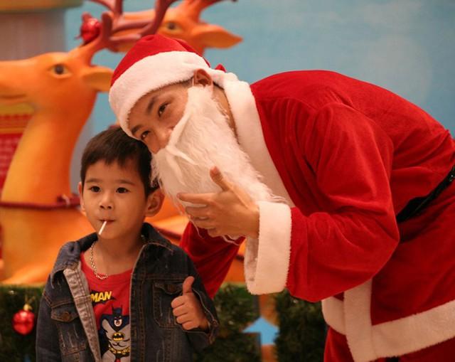 Tại một TTTM lớn trên đường Nguyễn Trãi, rất nhiều gia đình trẻ đã cho con em mình đến tham gia các hoạt động bên lề trong lễ Giáng sinh.