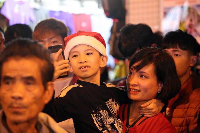 Quanh các tuyến phố cạnh Nhà thờ Lớn Hà Nội, hàng vạn người dân khắp nơi kéo đến hưởng không khí.