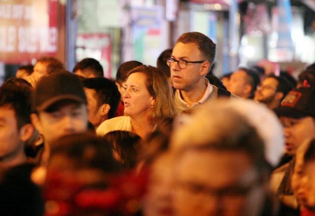Du khách ngoại quốc choáng khi bị lạc vào dòng người đông đến nghẹt thở.