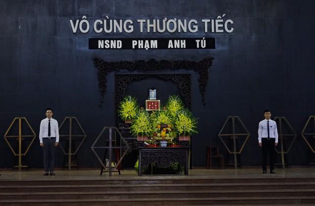 Tang lễ của NSND Anh Tú được tổ chức vào 9h30 sáng ngày 24/12 tại Hà Nội. Nghệ sĩ qua đời hôm 20/12, ở tuổi 56 vì bệnh tiểu đường biến chứng khi đang là Quyền Giám đốc Nhà hát Kịch Việt Nam. Sự ra đi của NSND Anh Tú khiến gia đình, đồng nghiệp và khán giả thương tiếc bởi lúc còn sống, anh là người hết mình vì nghệ thuật.