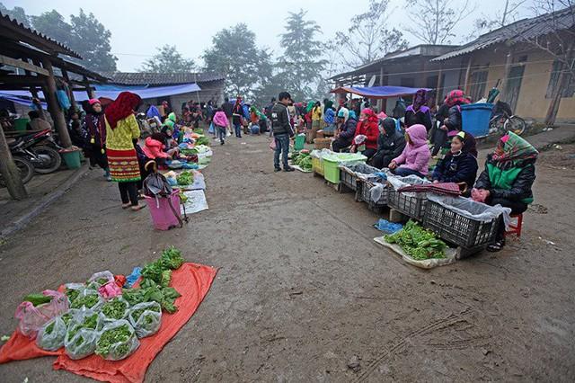 Chợ phiên Sủng Tráng họp mỗi tuần một phiên vào sáng chủ nhật hàng tuần. Từ rất sớm, người dân đã đến chợ mua bán sản vật, hàng hóa.