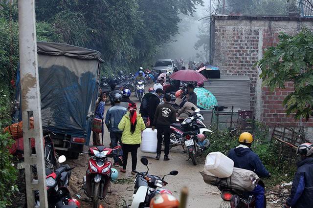 Do đặc điểm địa hình hiểm trở, dân cư thưa thớt nên chợ phiên không chỉ là nơi mua bán mà còn là nơi gặp gỡ, giao lưu mỗi dịp cuối tuần. Con đường liên xã chật kín dòng người đến chợ.
