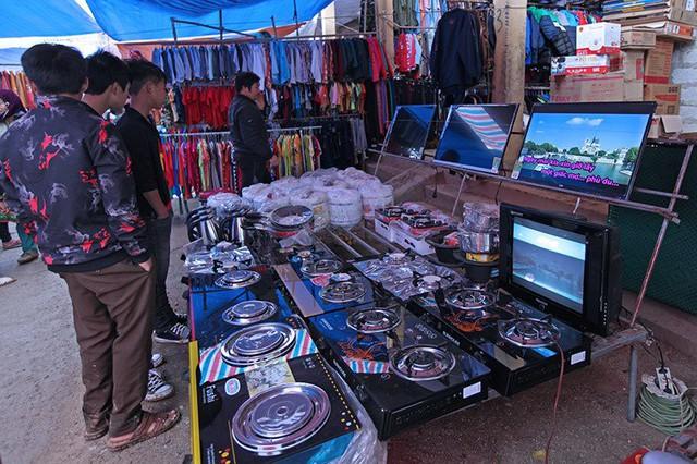 Ti vi, bếp ga được bày bán trong chợ. Chủ quầy hàng cho biết giá tivi chỉ từ vài trăm ngàn đồng đến trên dưới 2 triệu đồng.
