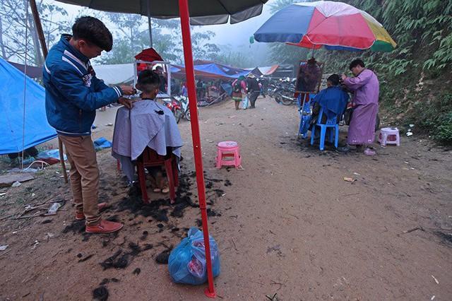 Phiên chợ cũng là dịp để những người đàn ông hẹn lịch cắt tóc.