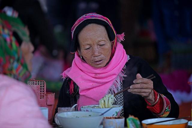 Sau khi mua bán, những người phụ nữ thưởng thức phở hay quà bánh.