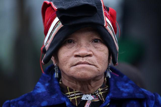 Một phụ nữ người Dao ở chợ phiên Sủng Tráng.