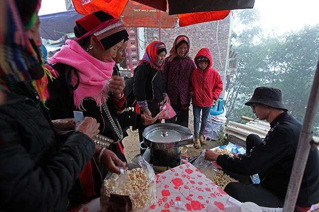 Khá đông các bà, các cô ghé qua hàng bỏng ngô trước khi về nhà.