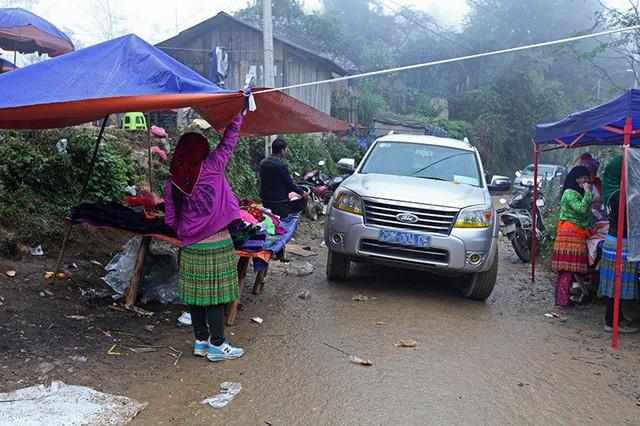 Đi ô tô muốn qua chợ phải đợi đến non trưa, lúc chợ đã vãn người mới có thể đi.